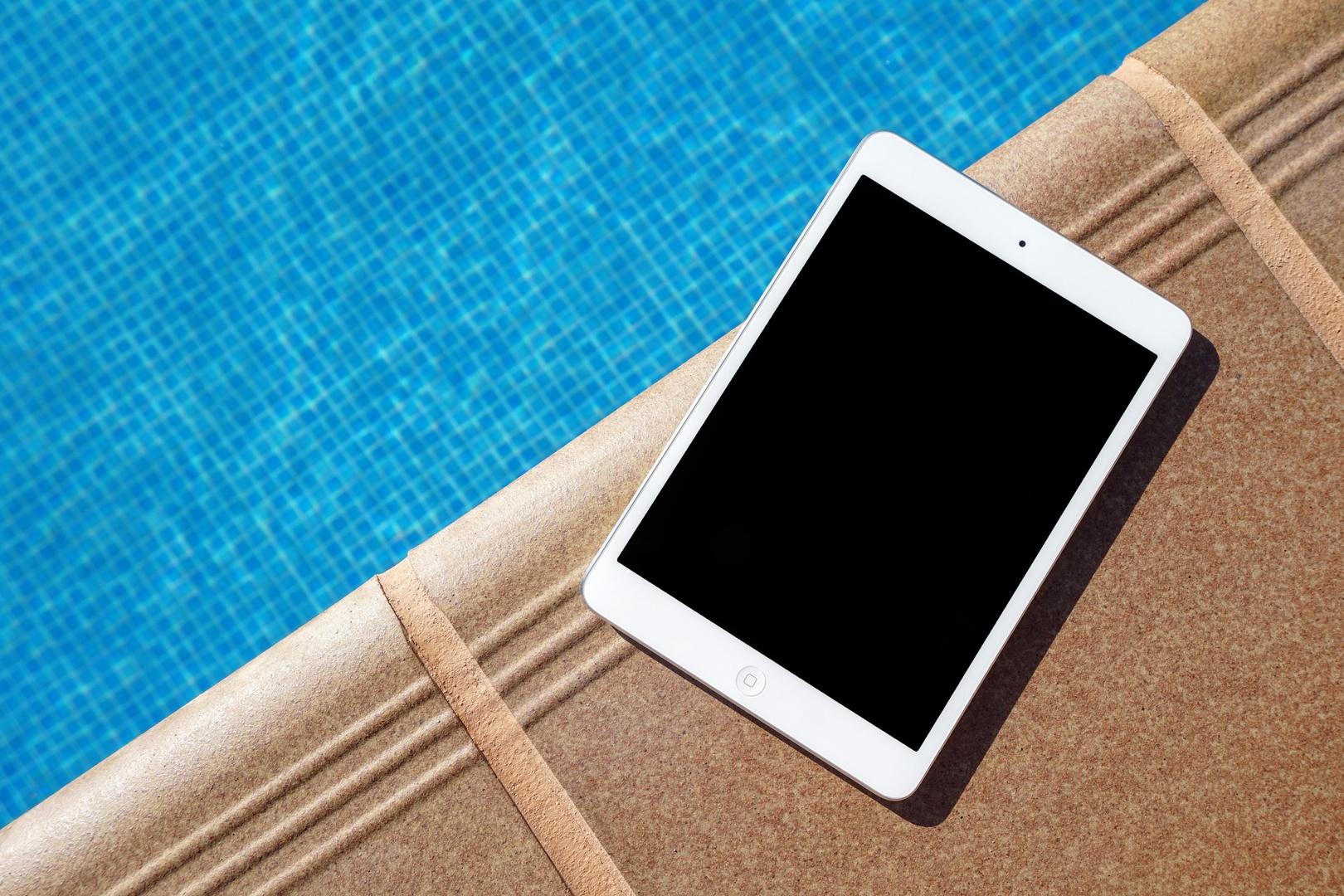 Travail au bord de la piscine à Saint-Martin / SXM